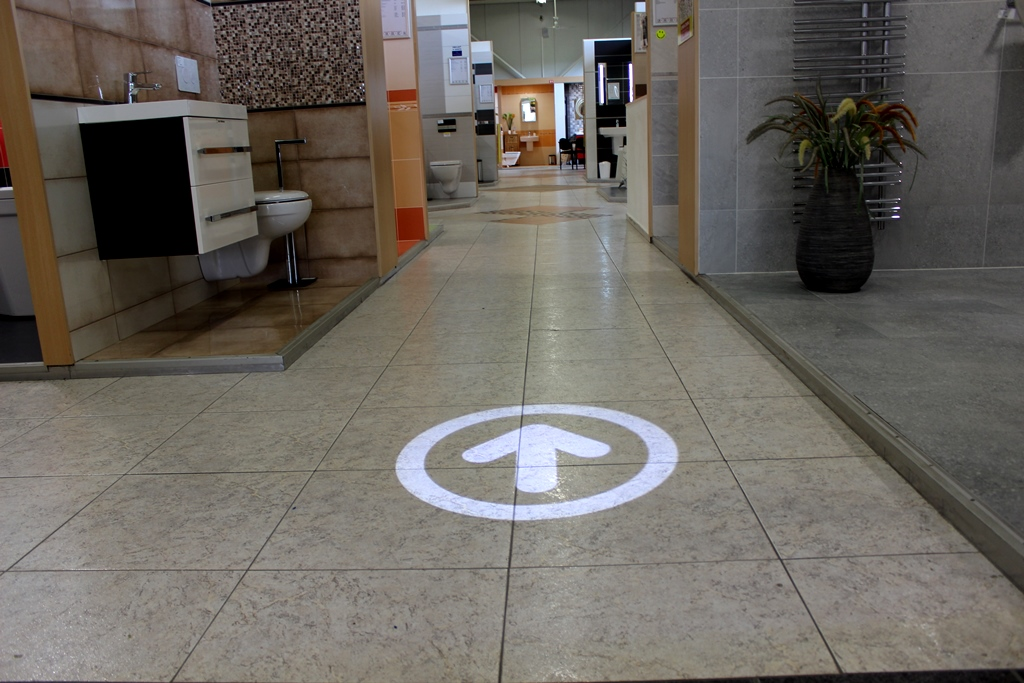 Navigation marks on the floor, projected floor marking, projected navigation and safety signs, projector, led projector, gobo, gobo projector, derksen phos, derksen, phos, ecolight 10 led, siko opatovice nad labem, siko koupelny, gobo.cz, goboprojekcia.sk, licht projection, navigation and safety signs
